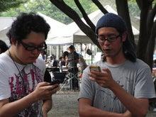 外で遊べるiPhoneAppのブログ-食べた後はiPhone談義