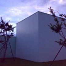 横須賀美術館は白い立…