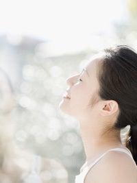 敏感肌の方やお子さんでも安心して使える天然・自然派化粧品の通販(ネットショップ) ナチュラルコスメティクスバー-日差しを受ける女性