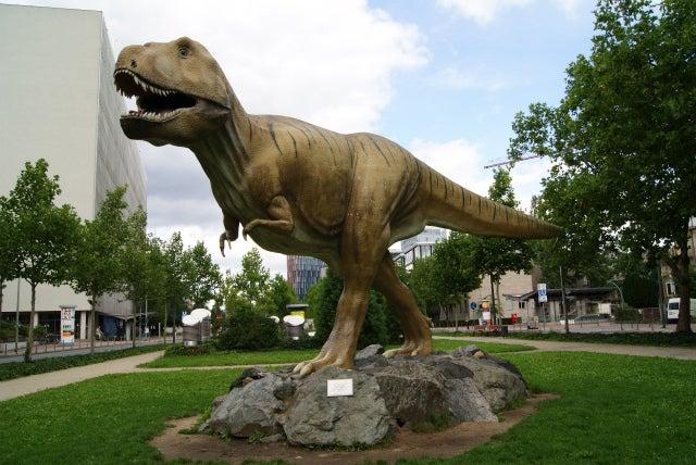 Senckenberg Naturmuseum ゼンケンベルグ自然博物館前の恐竜のモニュメント