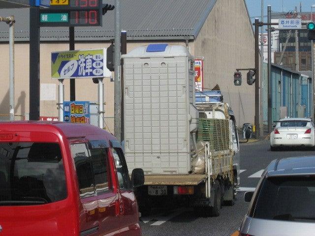 簡易トイレを運ぶトラック