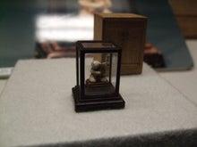 アートテラー・とに~の【ここにしかない美術室】-陶製嵯峨人形「鯛持」