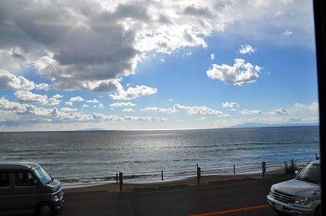 江ノ電の車窓から相模湾