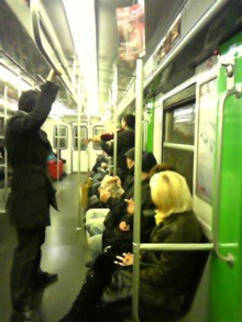 MOO日記-20110122地下鉄に居たパフォーマンスする人
