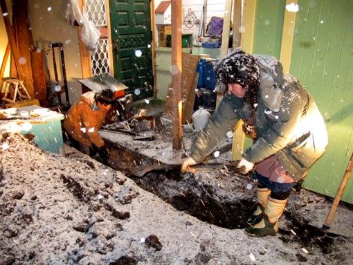 丘のうえの小さな写真館の活動記録-暗室水道管敷設作業の様子