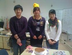 大連(中国)のWebデザイン会社で働く社長のブログ-王冠を被る中国の誕生日で記念撮影