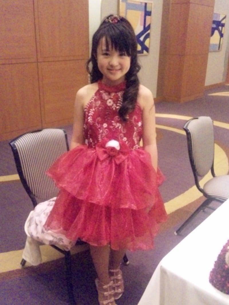赤のドレスを着たさくらまや