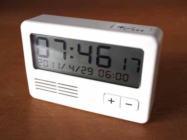 時刻、日付、曜日、温度、湿度と情報てんこ盛りでシンプルじゃない!?ですが、文字が大きく、電波、予算内だったので。