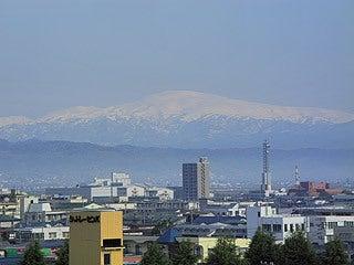 晴れのち曇り時々Ameブロ-山形市内から見た月山