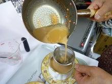 $イギリス紅茶専門店リーフィー英国貴族も愛した紅茶をご自宅へ-チャイを鍋からカップに