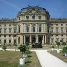 宮殿のバラ庭園の競演…