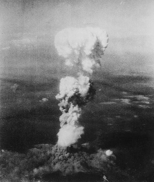 原爆投下によってできたきのこ雲