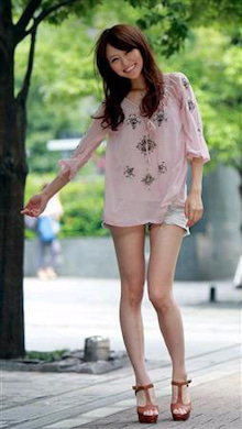 岡田佑里恵さんのショートパンツ姿