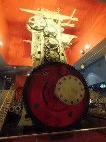 巨大船舶エンジン