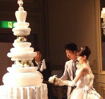 ウェディングケーキ入刀の写真