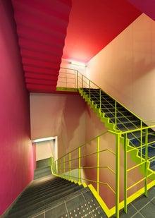 $松尾祐孝の音楽塾&作曲塾~音楽家・作曲家を夢見る貴方へ~-ブラックホールのカラフルな階段スペース
