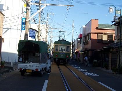 湘南住宅情報のブログ-龍口明神社の近くを走る江ノ電