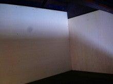 マイティハウジングのブログ-壁にボードを張り付け