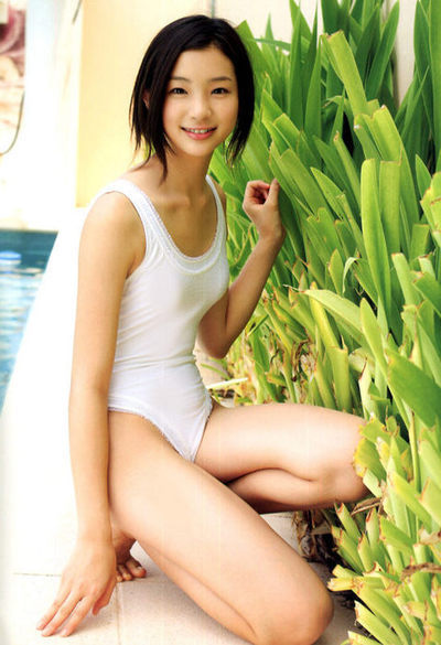 白スクール水着姿の足立梨花さん
