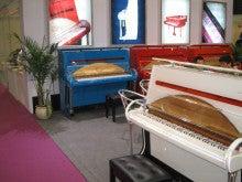 ピアノセンターのブログ-こんな色のピアノ 2