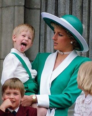 ヘンリー王子 幼少期写真&パイロットコース卒業式と父子