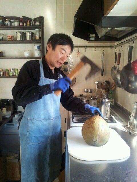 $歩き人ふみの徒歩世界旅行 日本・台湾編-椰子の実を割る