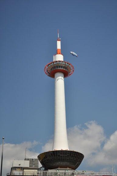 茶々吉とデジ一 のんびり旅-120314_京都タワーと飛行船