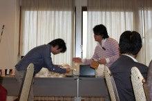 新宿ではたらくサイコロ社長(セミナー企画・アロマサロン経営・ITエンジニアリング)-景品お渡し②