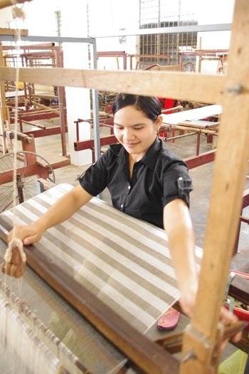 *カンボジアの綿クロマーと赤ちゃん帽子のお店*-カンボジア織り機