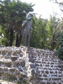 夫婦世界旅行-妻編-台の上の像