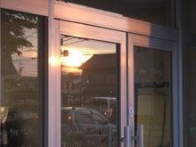 岐阜・本郷の並木通り-扉に写った夕日