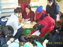 $国際協力NGO ラリグラス・ジャパンのブログ-ビーズ指導の様子