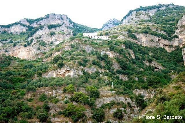【彼女の恋した南イタリア】 - diario  イタリアリゾート最新情報    -プライアーノの修道院を見上げる