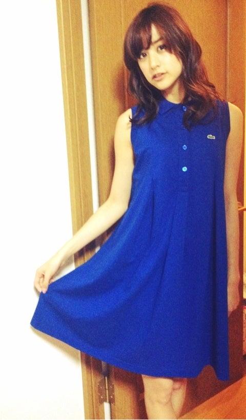 青のワンピースを着た山本美月