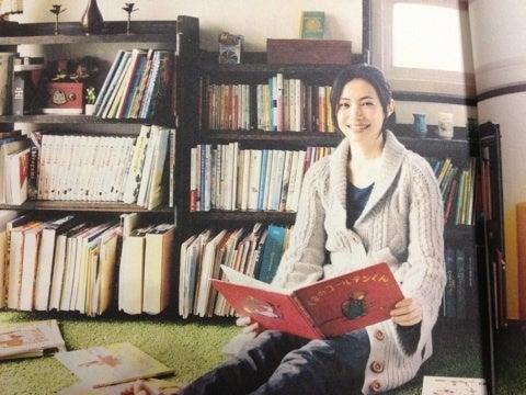 本を読んでいる美村里江