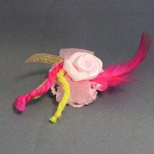 モルモットの羽根つきコサージュ(ゴージャスピンクローズ)