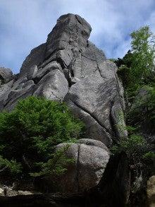 虎まっしぐら-山頂前の岩山