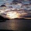海と夕焼けの画像