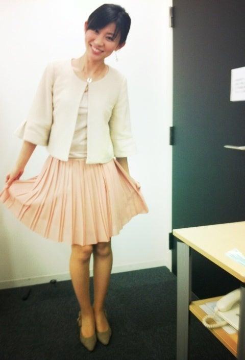 ミニスカート姿の岡村麻純さん