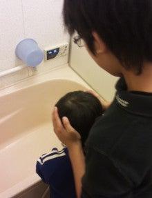 愛くるしい4児+天然系妻との奮闘記(脱サラ自転車親父&イクメンの独り言)-末っ子にお風呂の洗い方を伝授する長男