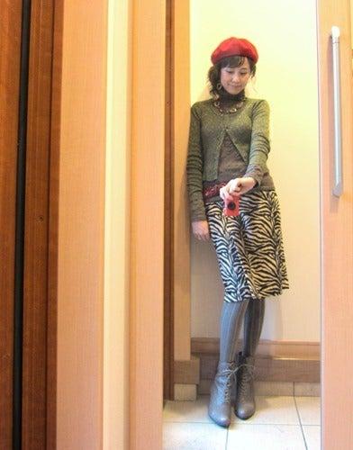 ちょっぴりクラシカルなレディーコーデ☆ゼブラ柄スカートx赤ベレーxレースアップブーツ