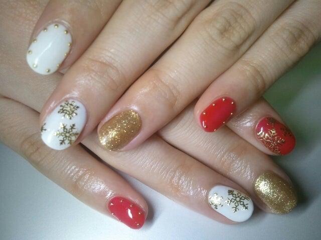 赤×ゴールド×白ホワイトの雪柄クリスマス冬ジェルネイル|Cocoon nail 下北沢(旧BBNAILseoul)