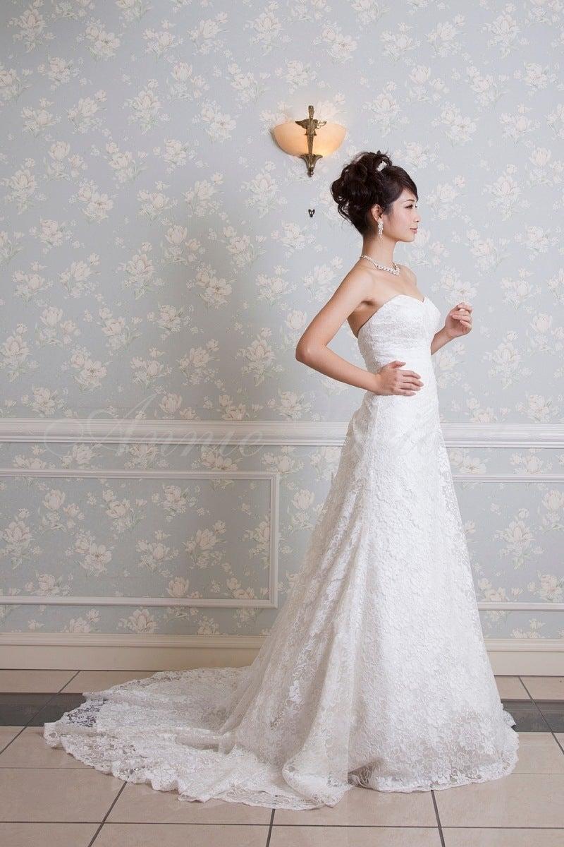 ウェディングドレスは、お召しになる方や、メイク、髪型、小物などで、 全然違った雰囲気になりますね。