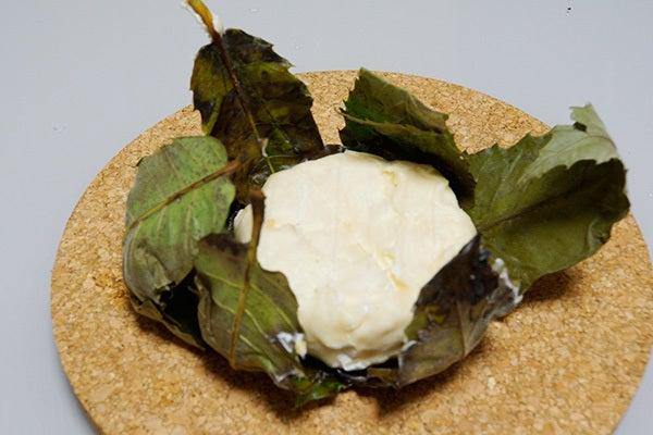 cheltenhamのブログ-栗の葉でくるんだ謎の発酵チーズ