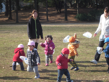 ふぇありぃ保育園のブログ-みんなで凧上げ