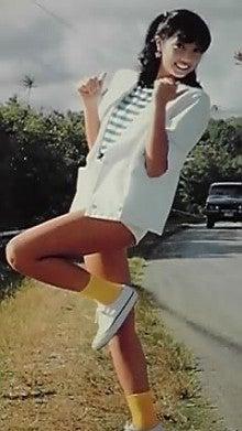 ミニスカート姿の相本久美子さん