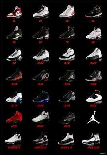画像じゃ見えにくいかもしれませんが、AIR JORDANの1~23と2009~2012のシリーズを並べたポスター です。他にも色んなシリーズ出てますが、正統派のシリーズのみで。