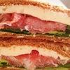 生ハムとカマンベールサンドイッチの画像