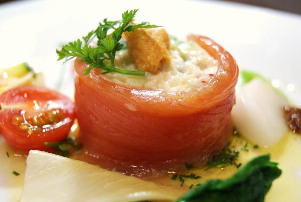 毛蟹のサラダをサクラマスのマリネで包んで