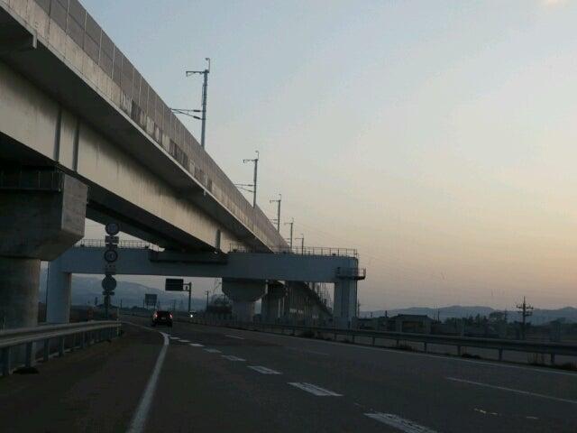 北陸新幹線…高架(能越自動車道から望む)